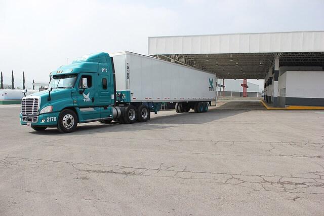 Samochód ciężarowy rusza w trasę