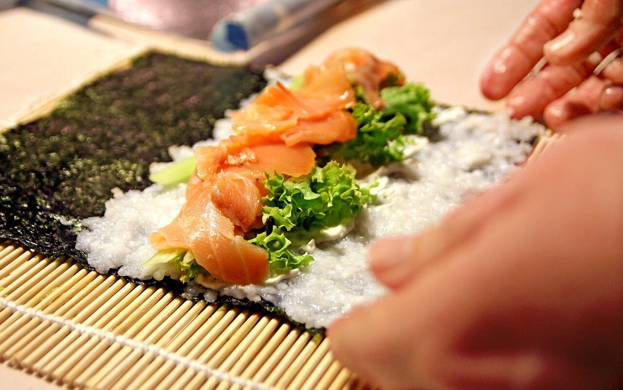 zwijanie sushi