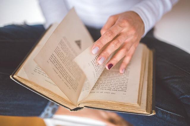 pani czyta książkę