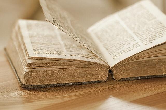 stara otwarta książka