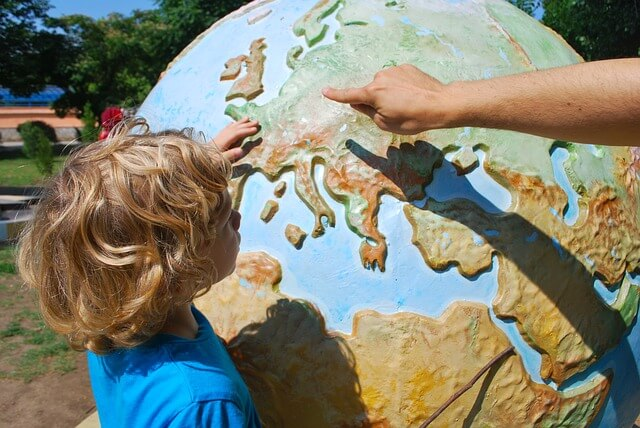 dziecko uczy się geografii