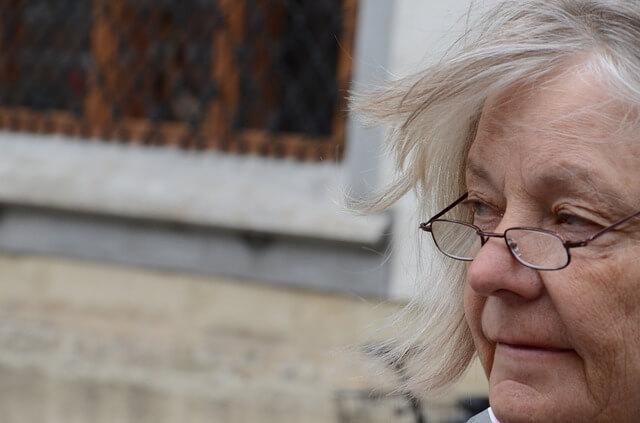 kobieta w okularach siwe włosy