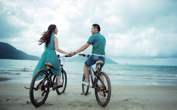 para jeżdżąca na rowerach