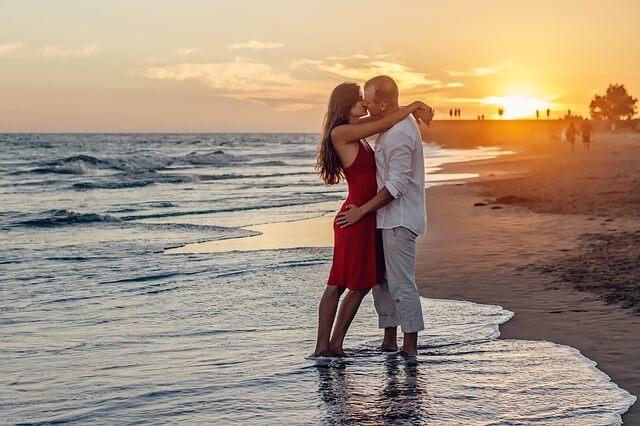 Jak wyznać miłość dziewczynie? Romantycznie np. na plaży