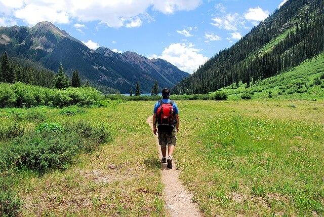 turysta na wycieczce w górach