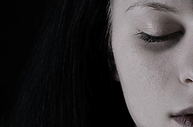 dziewczyna z zamkniętymi oczami
