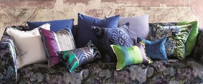 Ozdobne poduszki w fioletowej tonacji