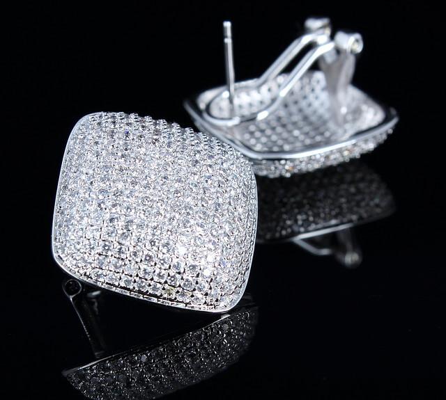 Kobiety uwielbiają luksusową biżuterię