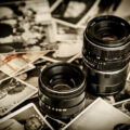 Rozsypane zdjęcia i obiektywy fotograficzne
