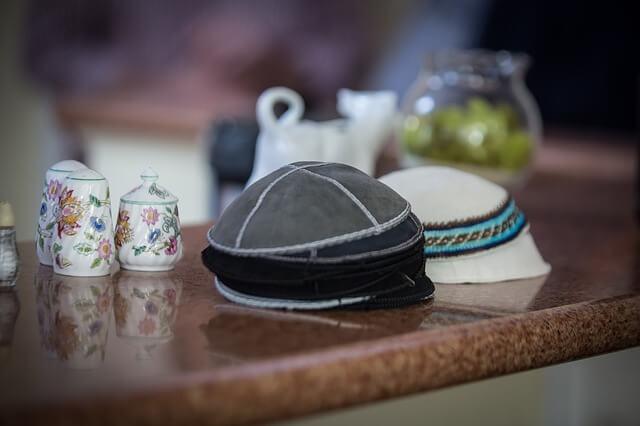 Jarmułki na stole