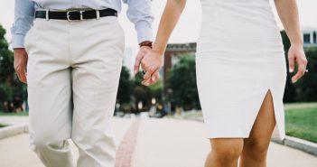 Para trzyma się za ręce