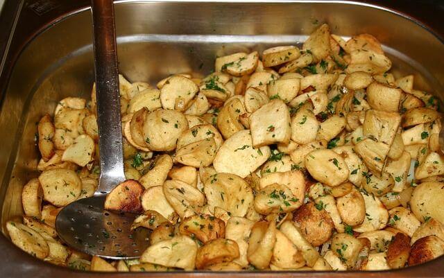 Pieczone ziemniaczki są dodatkiem do wielu dań mięsnych