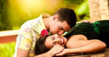 chłopak wyznaje miłość dziewczynie