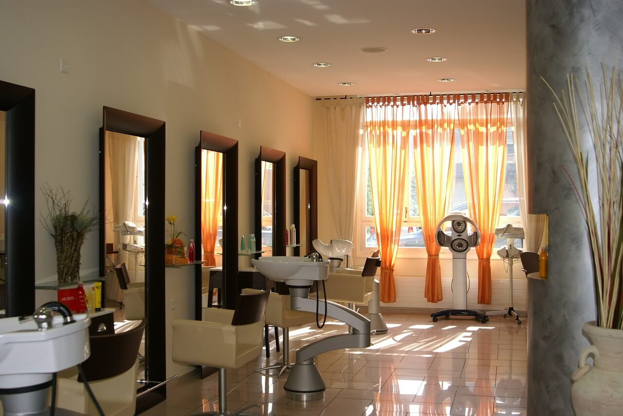 W co wyposażyć salon fryzjerski?