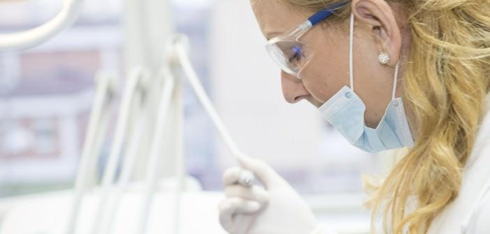 Jak wybrać stomatologa do wstawienia implantów