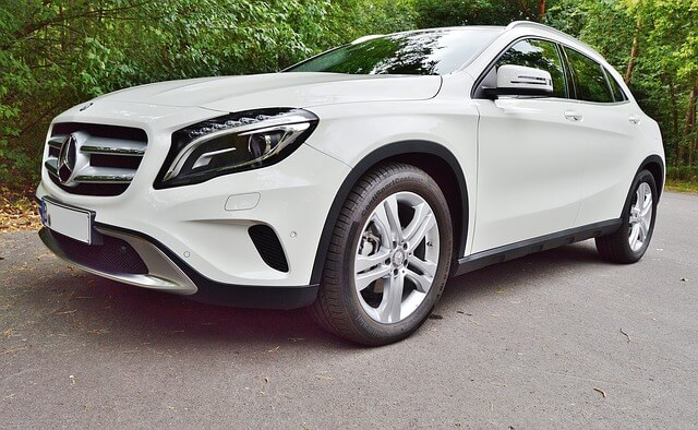 biały samochód bez wgnieceń