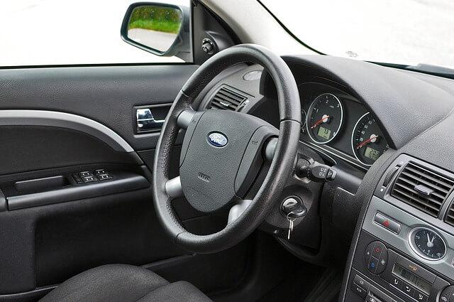 samochód na sprzedaż wnętrze