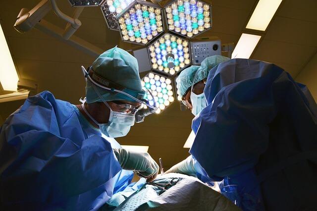 Chirurg podczas operacji