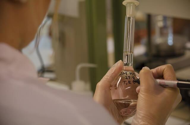 Pracownik bada mtriał w labolatorium