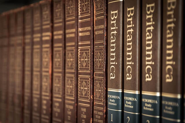 rząd encyklopedii na półce
