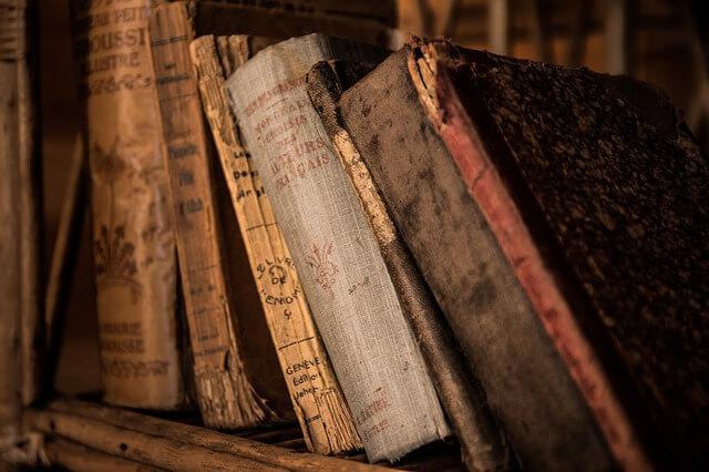 rząd starych książek na półce