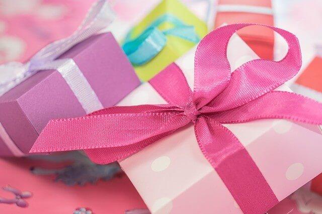 prezenty w pudełkach obwiązanych wstążkami