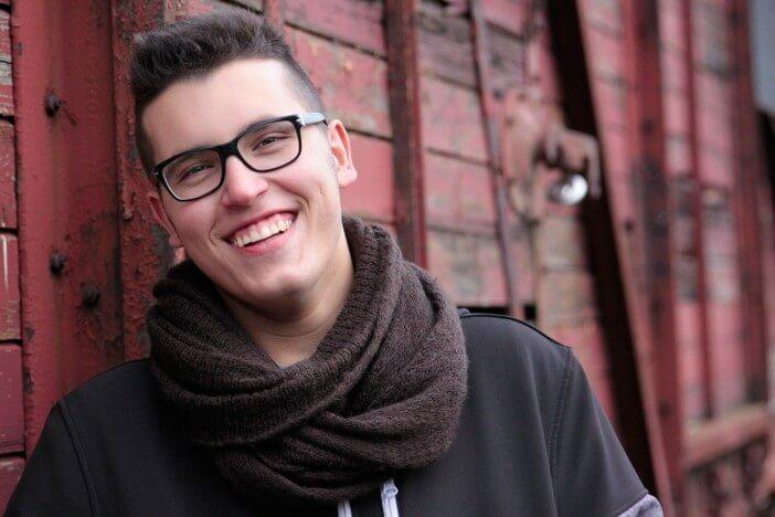 młody chłopak w okularach