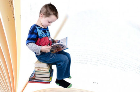 chłopczyk się uczy