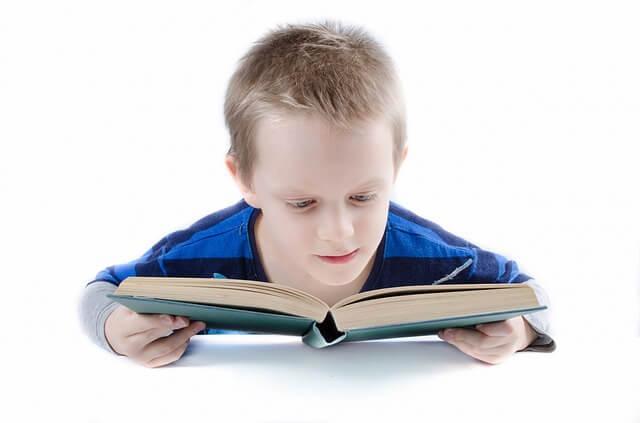 mały chłopiec czyta