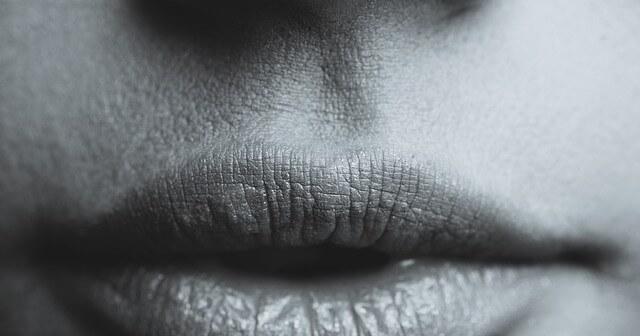 Czarno-białe usta kobiety