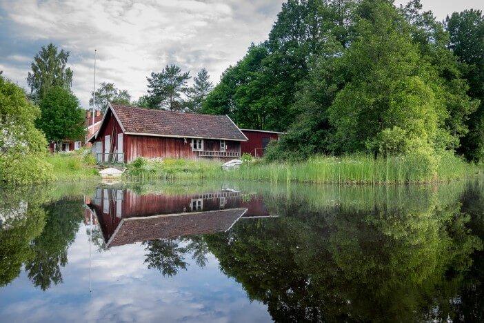 dom w lesie nad rzeką