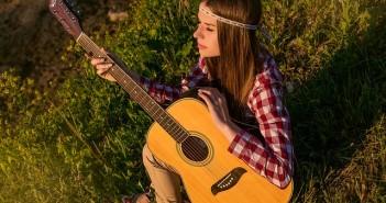 dziewczyna gra na gitarze