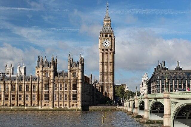 widok londynu z pałacem i Big Benem
