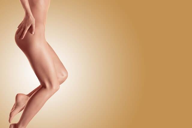 Nogi kobiety na pomarańczowym tle