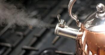 Parujący czajnik stojący na kuchence
