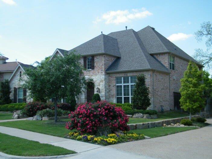 szary dom z cegły