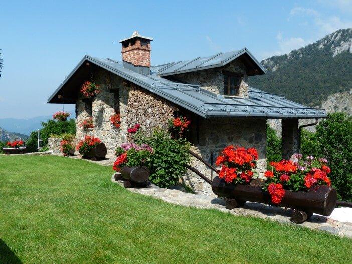 szary murowany dom