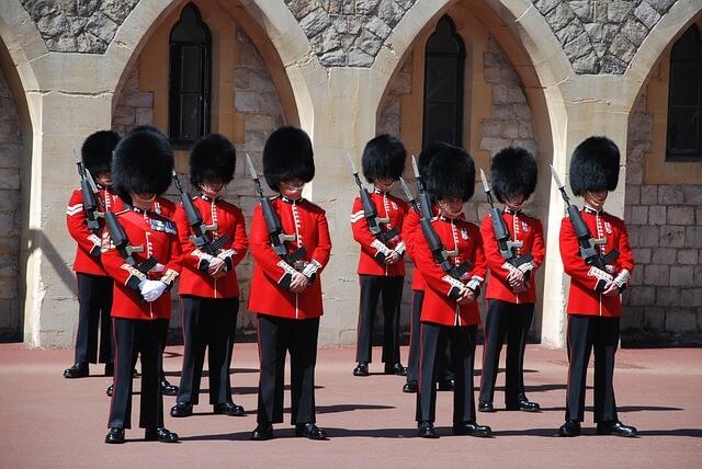 brytyjscy wartownicy przed pałacem