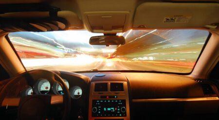 Widok z samochodu na zachodzące słońce