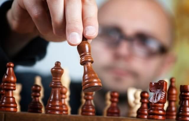 Człowiek grający w szachy