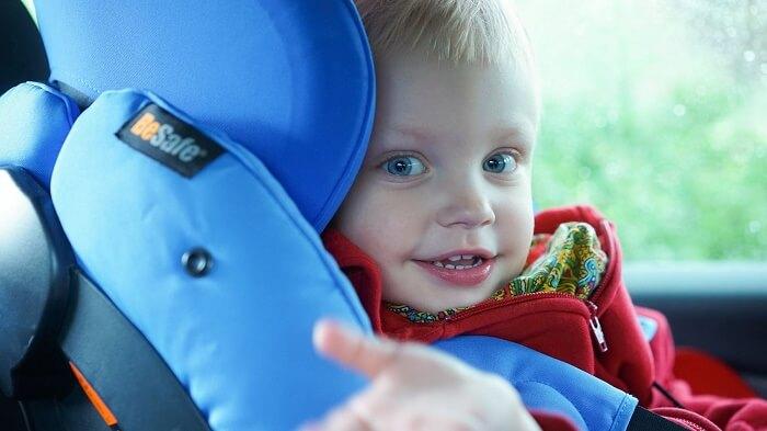 dziecko w bezpiecznym foteliku samochodowym