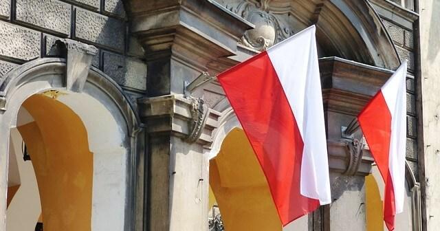 flaga polski na budynku