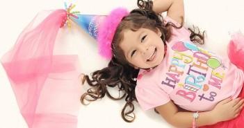 Świętująca urodziny dziewczynka