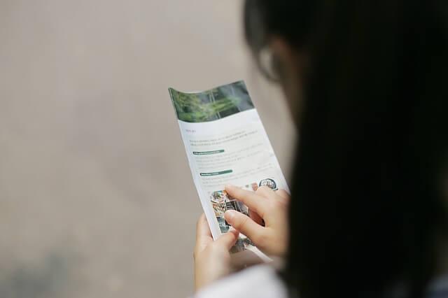 Kobieta przegląda broszurę