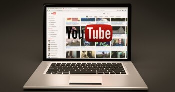 laptop z otwarta stroną internetową