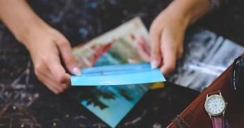 Ręce trzymające pocztówkę