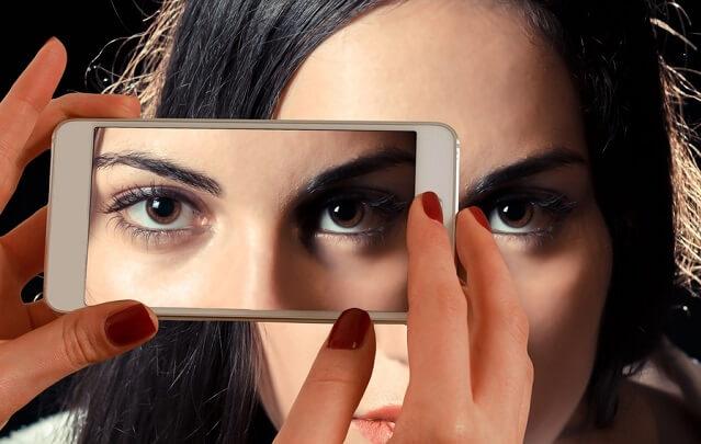 Zdjęcie oczy robione telefonem komórkowym