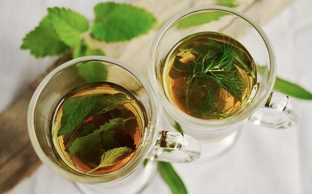 szklanki z naparem ziołowym