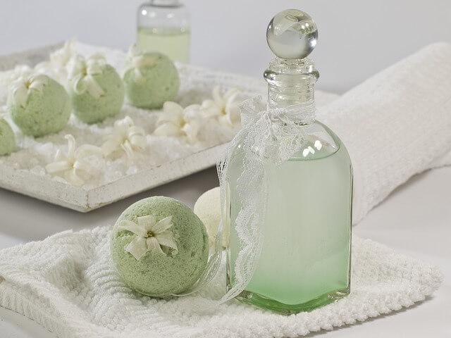 szklana butla i kule do kąpieli