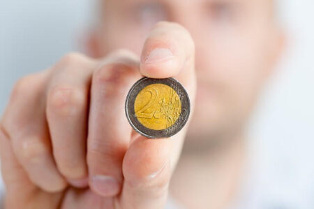 moneta w palcach